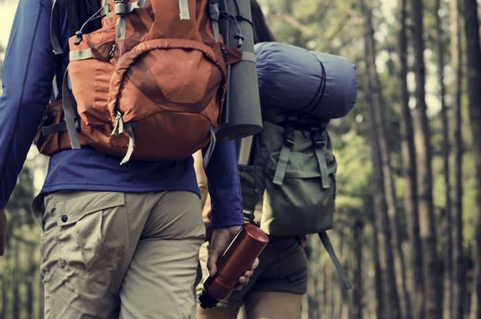 Bilde av et par på tur i skogen.