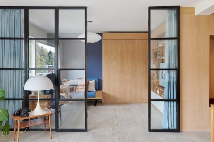 stue med glassdører og smarte løsninger