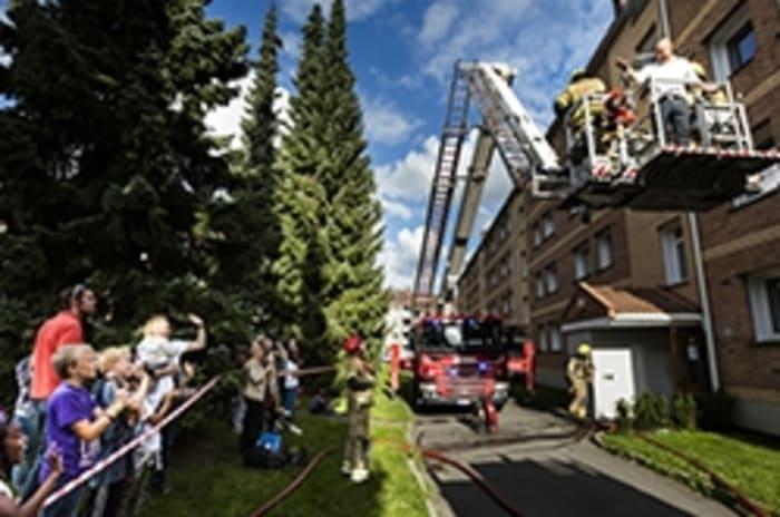 Bilde av en brannøvelse utenfor et hus