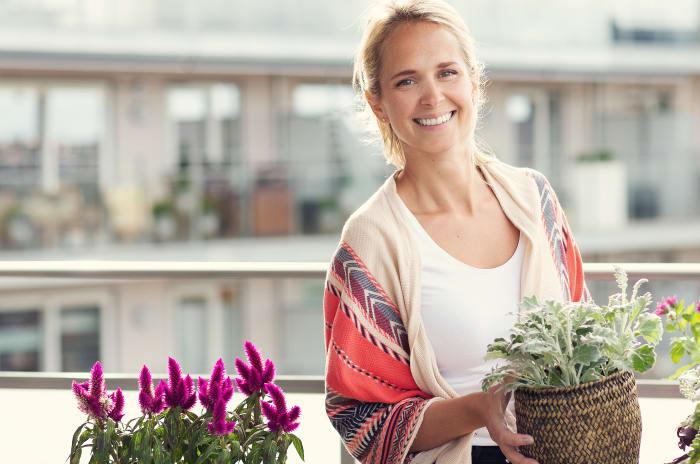 Kvinne på balkongen med blomster