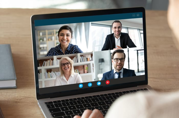 Visning av fire personer som deltar i videomøte på en laptop
