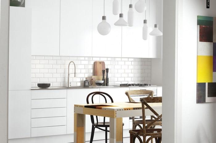 Kjøkken med lysefronter og spsiebord