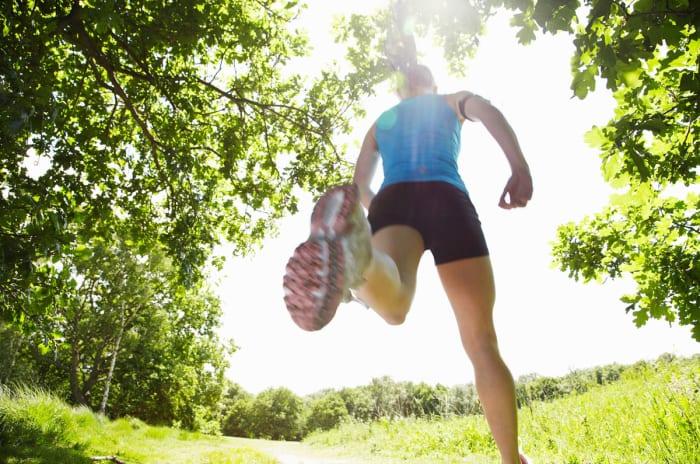 Foto av jogger i skogen