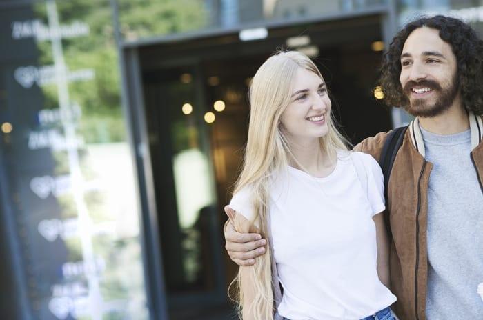 Ung kvinne og mann utenfor et kjøpesenter
