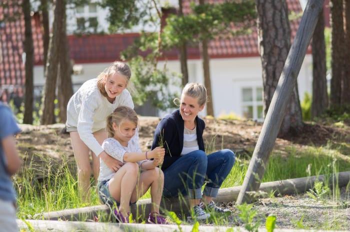 Bilde av familie ved huskestativ