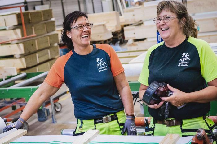 Kvinnor som bygger planelement som är glada obos