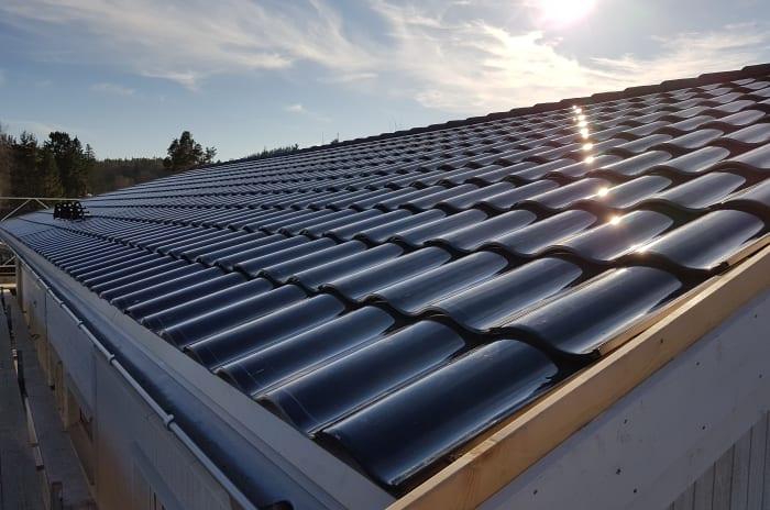 Takpannor på ett tak med gassande sol