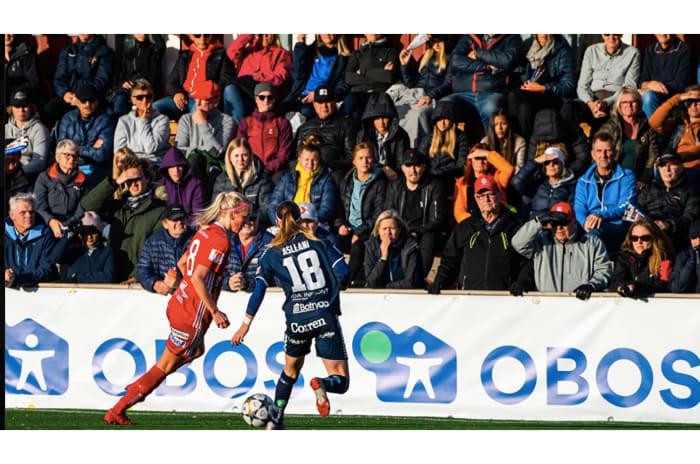 Två spelare i svenska damlandslag springer efter bollen under en match