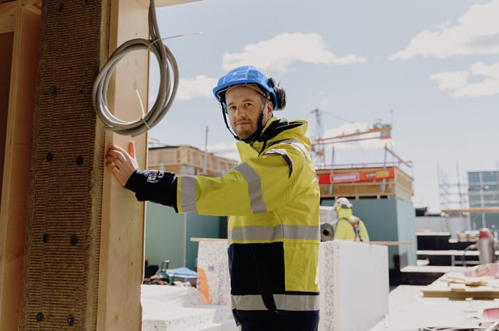 Foto av Obos-ansatt på byggeplassen til Obos living lab.