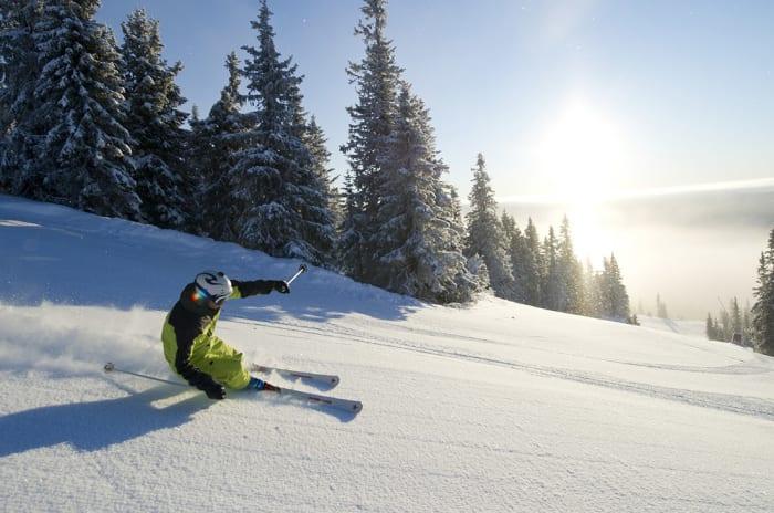 Person på slalåm i pudderlignende snø