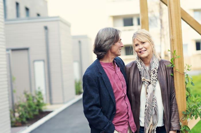 Äldre par i bostadsområde