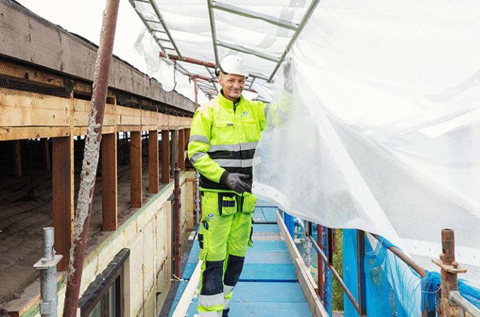 Mann som arbeider på en byggeplass