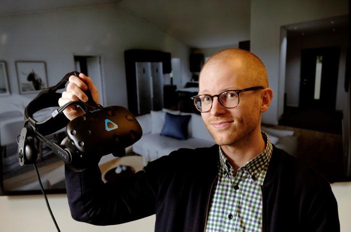David Johansson på OBOS håller en vr kamera i handen