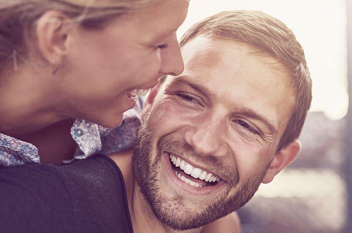 Närbild på kvinna och mans ansikte glada och nära varandra