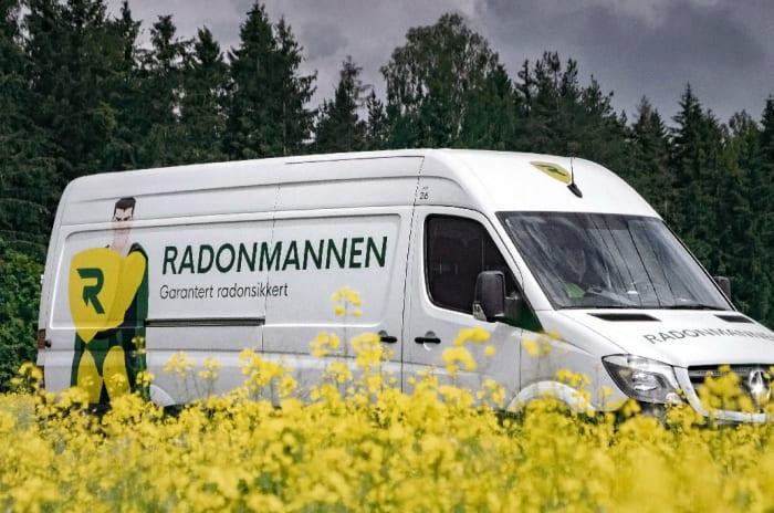 Varebil med Radonmannen-profilering