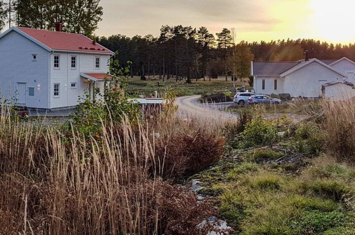 Två vita villor i Runsten Village