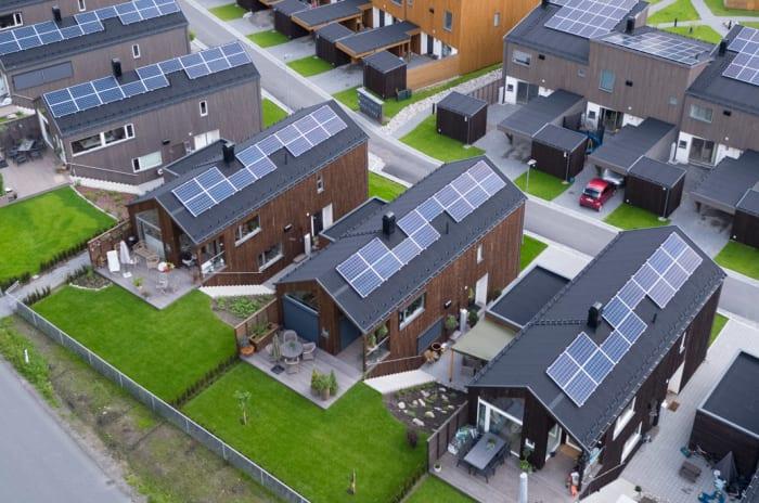 Rekker med hus med solceller på taket