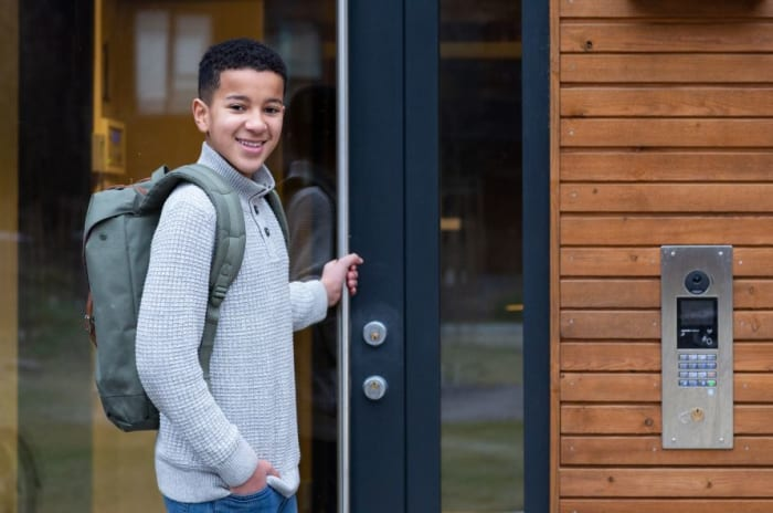 Gutt står utenfor døren