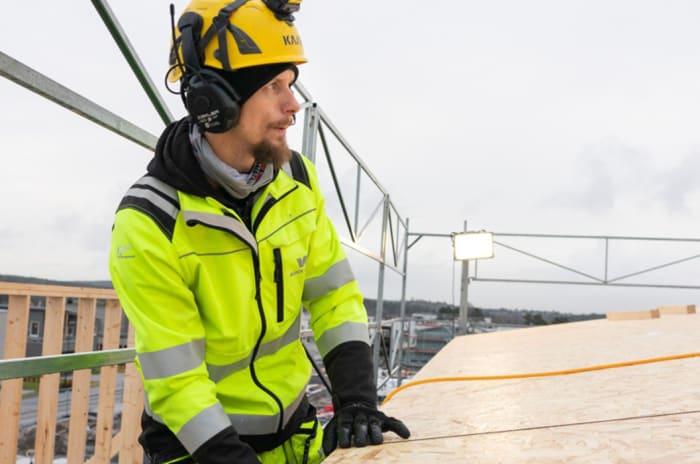 Foto av OBOS Block Watne tømrer Øyvind Hagen som bygger bolig på Bjørnstad