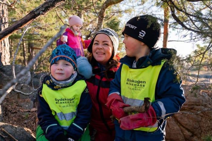 Foto av lokal innbygger på Thorbjørnsrød, Monica Dahl Madsen, med barn fra Sydskogen Barnehage på skogstur.