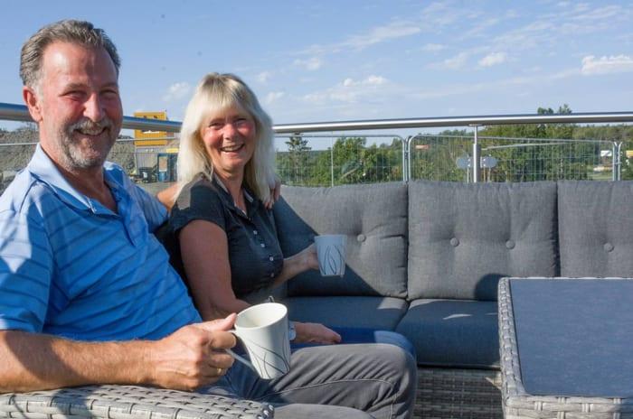 Foto av Torbjørn og Eva Winsnes nyter solen på balkongen sin i Solkollen.