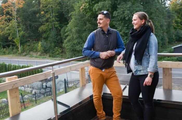 Foto av Tina Becker Holt og Amir Reza på sin nye balkong på Lillejordet i Larvik.