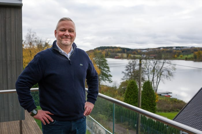 Foto av salgskonsulenten Alexander Thomassen på en av balkongene i Skogro.