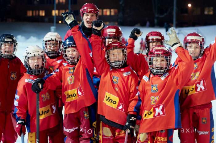 Bildet viser et lag på Røa Bandy som jubler.