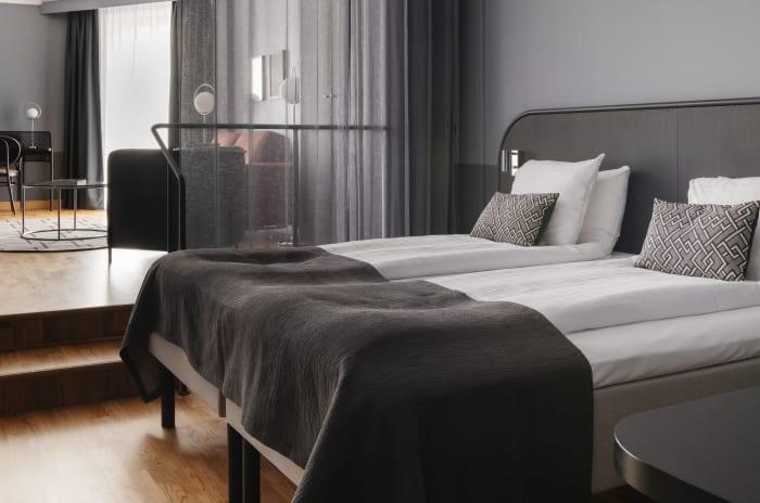 hotellrum med sängar