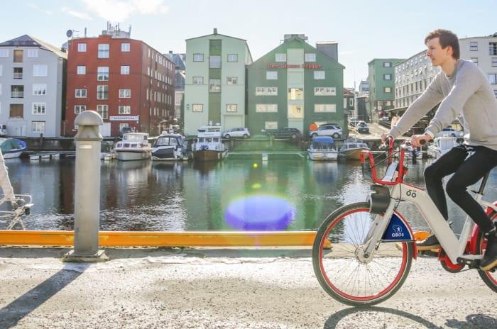 Mann på en Trondheim Bysykkel ved bryggene i Trondheim