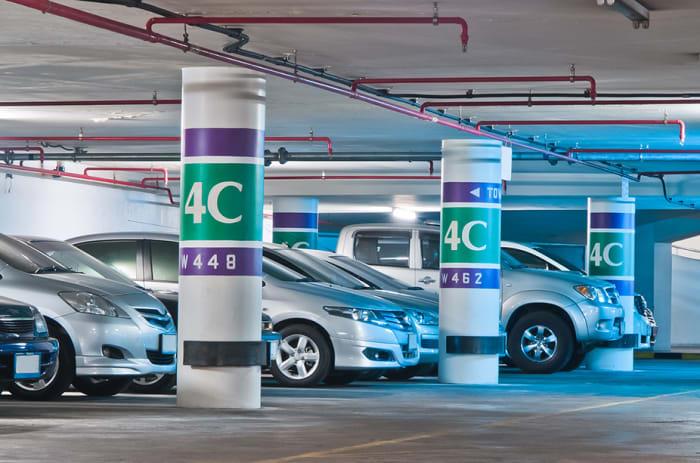 Flere biler parkert i et garasjeanlegg.