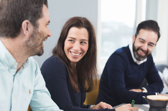 Tre personer som sitter i møte
