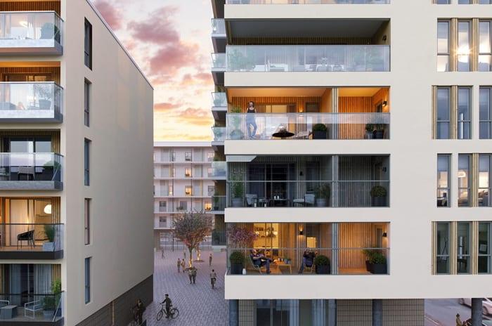 Fasaden til bygg D sett fra   gatetun med store vinduer og balkonger i 2317 Sentrumskvartalet.