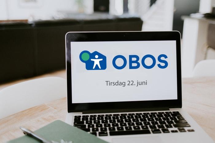 Pc med OBOS logo og dato for generalforsamling 2021.