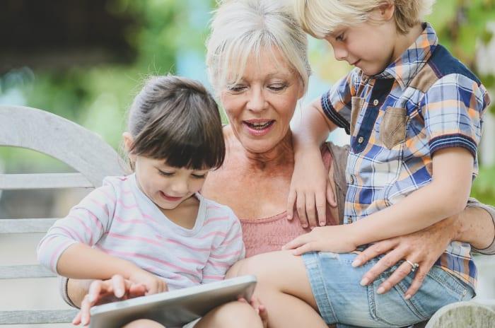 en kvinna läser en bok för två barn