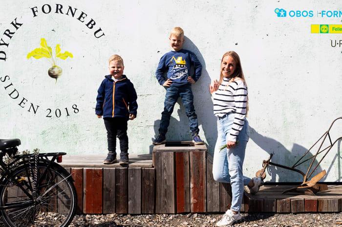 Fotografi av mor og to barn på Fornebu