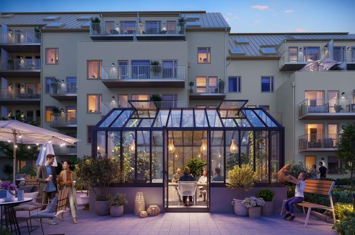 ett bostadshus med ett växthus framför