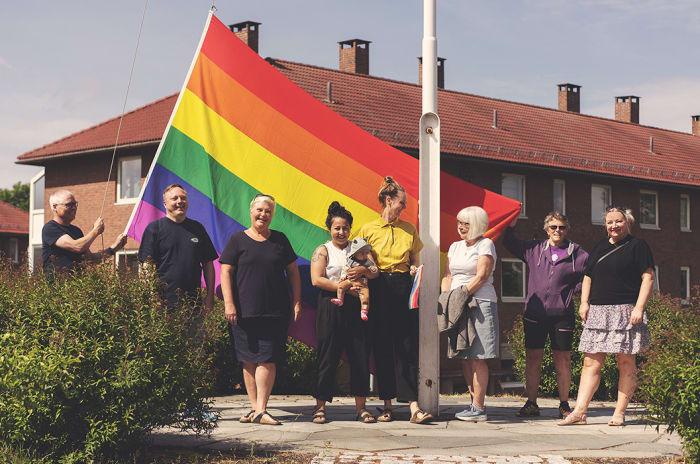 Foto av OBOS beboere med Pride flagg på Etterstad