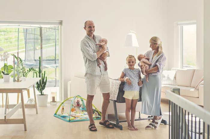 Bilde av en familie på fem i en lys stue