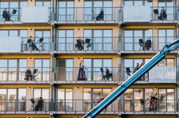 Musikanter på hver sine balkonger