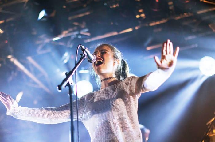 Artisten Sigrid på scenen