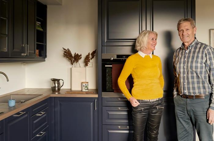 Bilde av et par som står på kjøkkenet