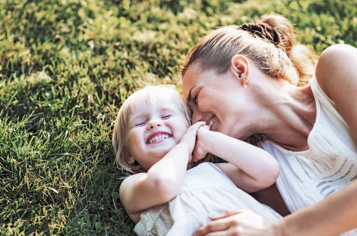 En mamma och en dotter på en äng