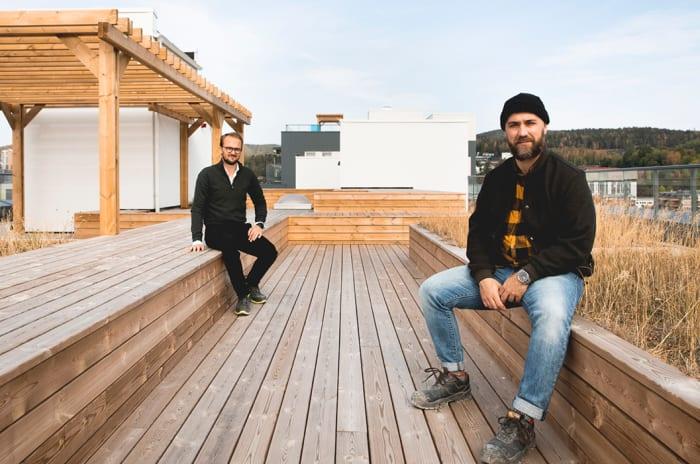Paulo Godinho og Ørjan Hurv sittende på takterrassen i OBOS Living Lab.