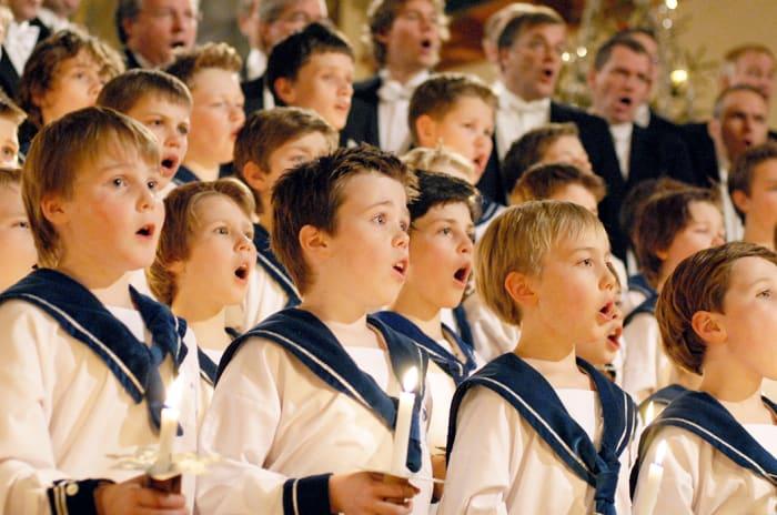 En del av Sølvguttene-koret i sang
