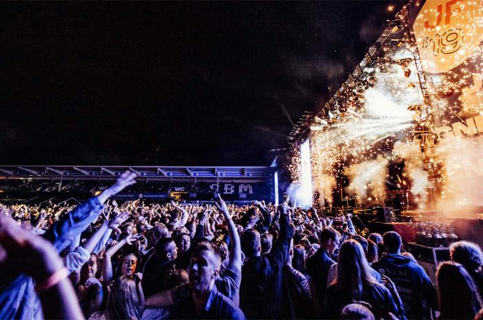 Festivalpublikum foran en scene