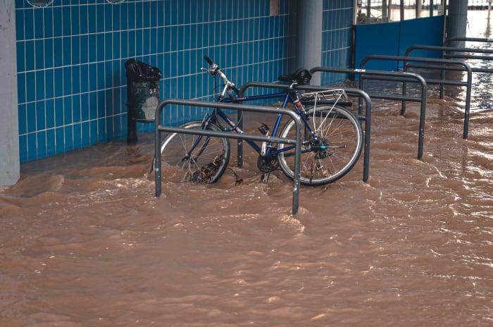 Oversvømt garasje med en sykkel