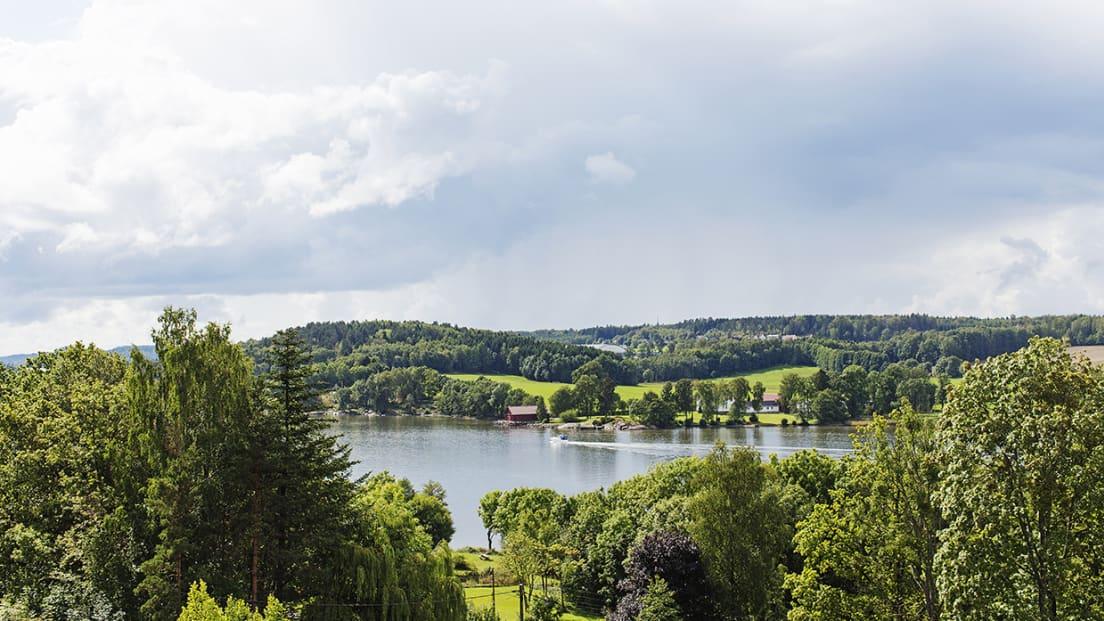 Utsikt fra Skogro mot vann og båtliv