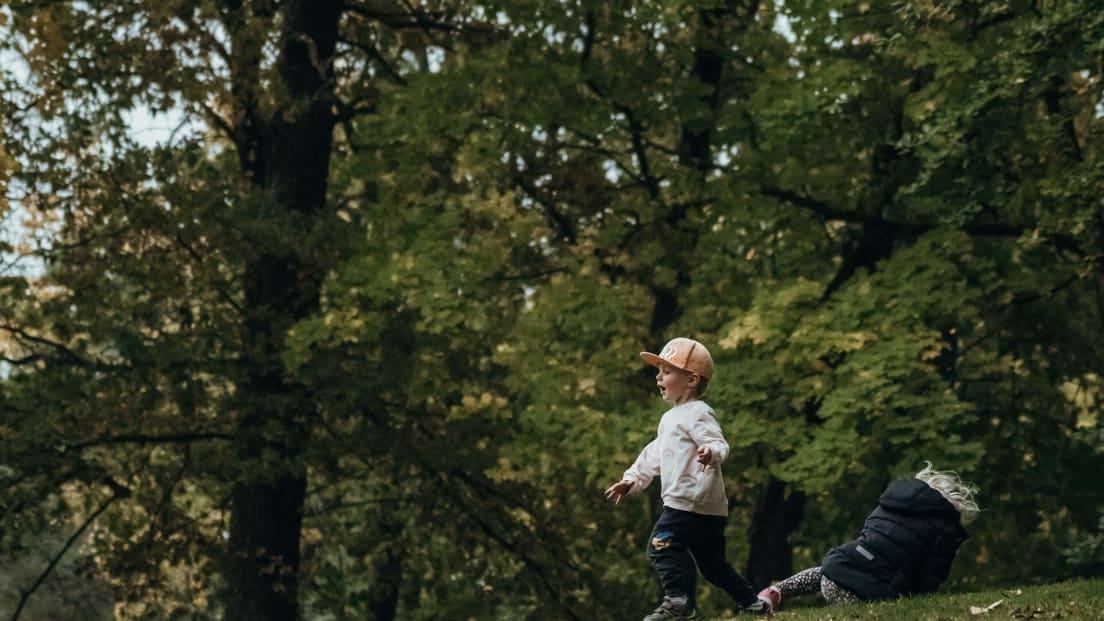 En pojke som springer på en backe