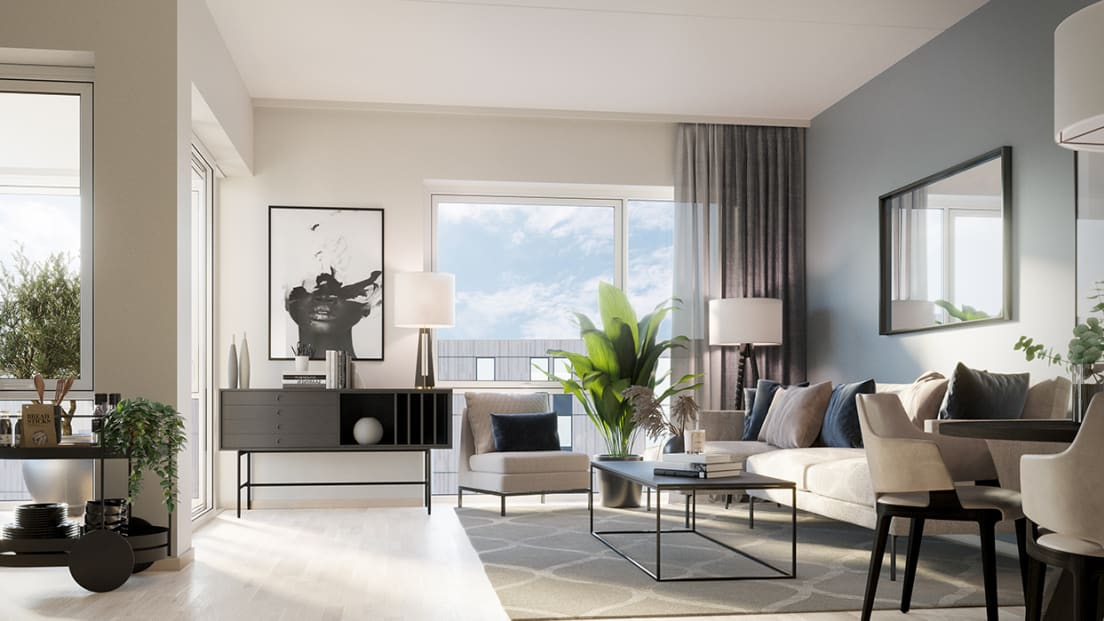 Stue med store vinduer og god plass til sofa i Furukrona.
